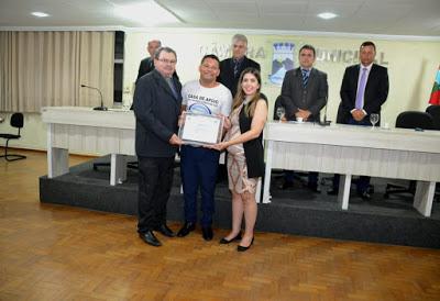 Título de cidadão para jovem e história de vida leva todos às lágrimas em Monteiro